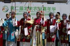 Atores do estudante que executam a ópera de Pequim em uma fase exterior fotos de stock