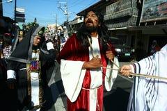 Atores e caráteres no reenactment da paixão de Cristo fotografia de stock