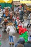 Atores e dança dos não-atores na rua Celebração de Shrovetide em Moscovo foto de stock