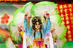 Atores não identificados do chinês Opera no distrito de Wong Noi em Ayutthaya, Tailândia fotografia de stock