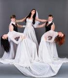 Atores na dança do vestido de casamento. fotos de stock