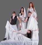 Atores na dança do vestido de casamento imagens de stock