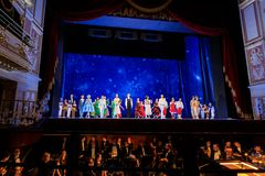 Atores na fase do teatro da ópera de Wroclaw foto de stock royalty free