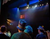 Atores na fase durante um desempenho ou no ensaio no teatro A fase do teatro ou do Opera, com equipamento de iluminação imagens de stock