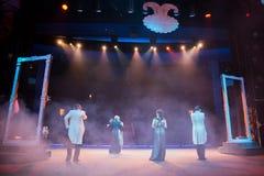 Atores na fase durante um desempenho ou no ensaio no teatro A fase do teatro ou do Opera, com equipamento de iluminação fotografia de stock