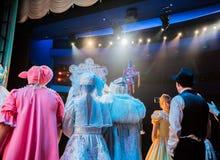 Atores na fase durante um desempenho ou no ensaio no teatro A fase do teatro ou do Opera, com equipamento de iluminação fotografia de stock royalty free