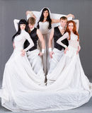 Atores no levantamento do vestido de casamento. Imagens de Stock Royalty Free