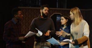 Atores que discutem durante o ensaio em um teatro imagens de stock
