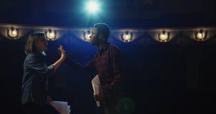 Atores que ensaiam uma cena em um teatro imagens de stock royalty free