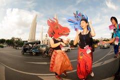 Atores que guardam fantoches em Harmony World Puppet Carnival em Banguecoque fotografia de stock royalty free