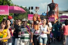 Atores que guardam fantoches em Harmony World Puppet Carnival em Banguecoque fotos de stock