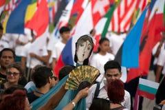 Atores que guardam fantoches em Harmony World Puppet Carnival em Banguecoque imagem de stock royalty free