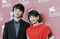 Atores Shota Sometani e Fumi Nikaidou imagem de stock royalty free