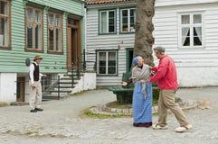 Atores trajados que jogam em Gamle Bergen Museum fotografia de stock