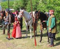 Atores trajes históricos em guardar cavalos fotografia de stock