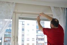 Atornillar un marco de ventana i del elemento adentro Fotografía de archivo