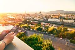 Atourist mit einem Handy in Florence Italy Lizenzfreie Stockfotografie