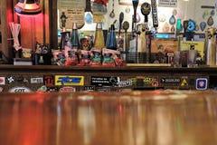 Atrás da barra em um bar imagem de stock royalty free