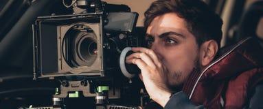 Atrás da cena Cena do filme do tiro do operador cinematográfico com sua câmera imagens de stock