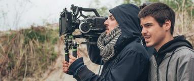 Atrás da cena O filme do tiro do operador cinematográfico e do realizador de cinema scen fotos de stock