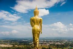 Atrás da estátua dourada de buddha que enfrenta em direção à cidade, Tailândia Imagem de Stock