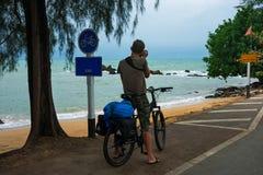 Atrás da parte traseira de um fotógrafo masculino em uma bicicleta fotografia de stock royalty free
