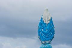 Atrás da vista da estátua abençoada da Virgem Maria que está na frente de Roman Catholic Diocese fotos de stock