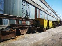 Atrás das portas fábrica abandonada Tallinn perto e atual fotografia de stock