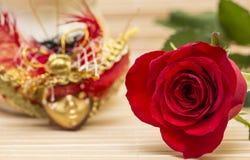 Atrás de uma rosa pode haver uma máscara Imagem de Stock