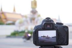 Atrás do dslr da câmera no modo vivo da vista ao tomar uma foto dentro Fotos de Stock Royalty Free