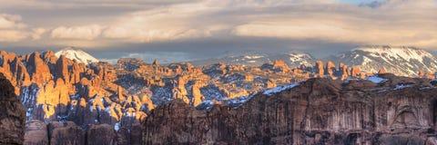 Atrás do panorama do por do sol das rochas Foto de Stock Royalty Free