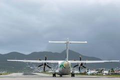 ATR 42-500 воздушных судн средней двойной turbo-упорки Антильских островов воздуха региональный на взлетно-посадочной дорожке стоковое фото rf
