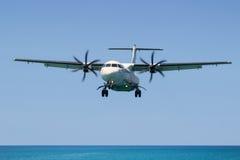 ATR 72 d'avions de turbopropulseur, débarquant dans l'International Airpo de Phuket Image stock
