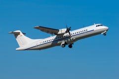 ATR-72 que sube lejos Imagenes de archivo