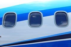 ATR 72-600 samolot na lotniskowym taxi pasie startowym z trawami odpowiada Fotografia Stock