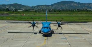 ATR 72 vliegtuig die bij de luchthaven dokken stock foto