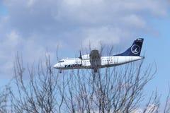 ATR 42 YR-ATE de TAROM approchant l'aéroport photo libre de droits