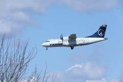 ATR 42 YR-ATE de TAROM approchant l'aéroport photographie stock