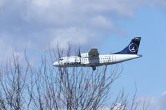 ATR 42 YR-ATE de TAROM approchant l'aéroport images stock