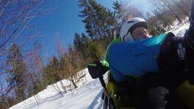 Atração da montanha russa do trenó do inverno O pai e o filho gostam louco video estoque