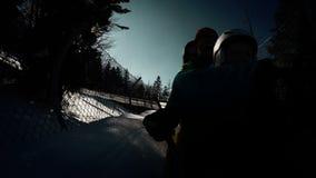 Atração da montanha russa do trenó do inverno O pai e o filho gostam louco vídeos de arquivo