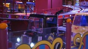 Atração das crianças Equitação da menina em um trem da criança no parque de jogo no centro da alameda filme