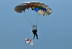 Atração de salto de paraquedas para comemorar o Dia da Independência indonésio Imagens de Stock