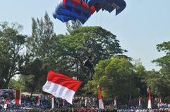 Atração de salto de paraquedas para comemorar o Dia da Independência indonésio Fotografia de Stock