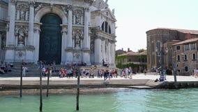 A atração europeia, turistas senta-se em escadas de di Santa Maria della Salute da basílica de Grand Canal vídeos de arquivo