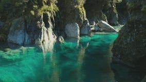 Atração famosa do turist - associações azuis, passagem de Haast, Nova Zelândia filme