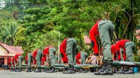 Atração militar usando logs fotografia de stock