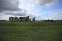 Atração, Stonehenge na planície de Salisbúria Wiltshire em Inglaterra foto de stock