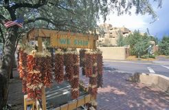 Atração turística com os pimentões vermelhos na praça da cidade, Santa Fe, nanômetro fotografia de stock