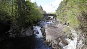 Atração turística escocesa da ponte britânica bonita de Escócia Invermoriston construída por Thomas Telford em 1813 video estoque